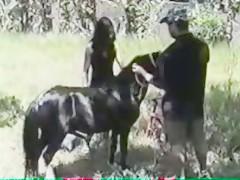 Empinada para recibir a su perro caliente