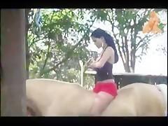 Dandole placer al caballo desnuda