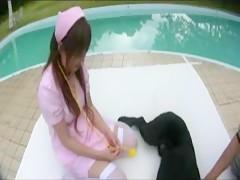 Anna goza de su perro con una cola de caballo puesta
