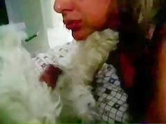 Mujer con el perro sobre la cama